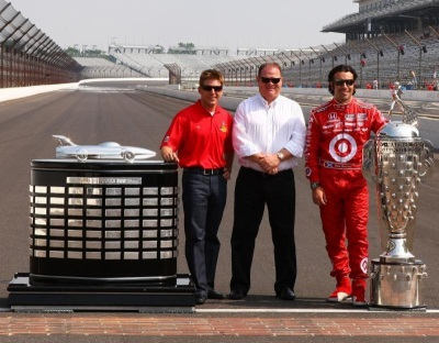 Jamie McMurray, Chip Ganassi, Dario Franchitti with Harley J. Earl and Borg-Warner Trophies Photo: Indianapolis Motor Speedway